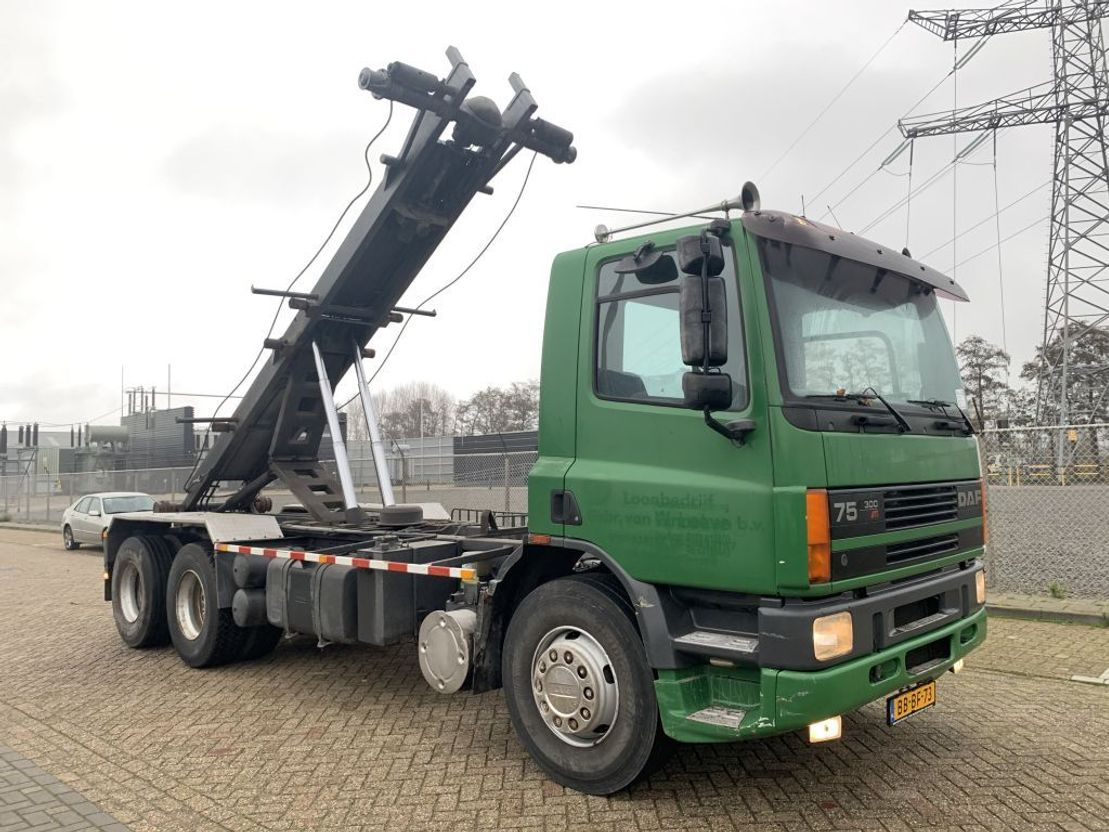 Container-LKW DAF 75.300 6x2 manual gearbox tipper crane steel springs 1994