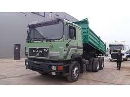 camião basculante MAN 26.372 (BIG AXLE / STEEL SUSPENSION / 6 CYLINDER ENGINE WITH MANUAL PUMP) 1995