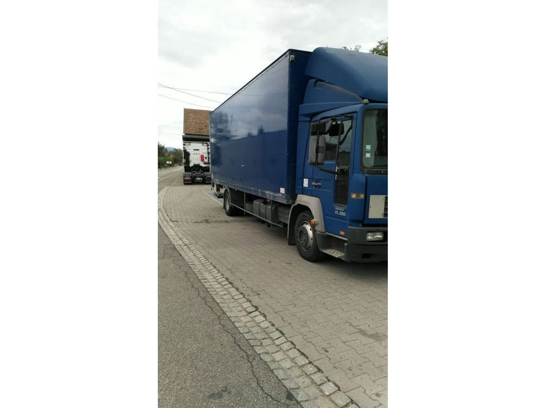 closed box truck > 7.5 t Volvo FL 250 BLAD X BLAD. 2001