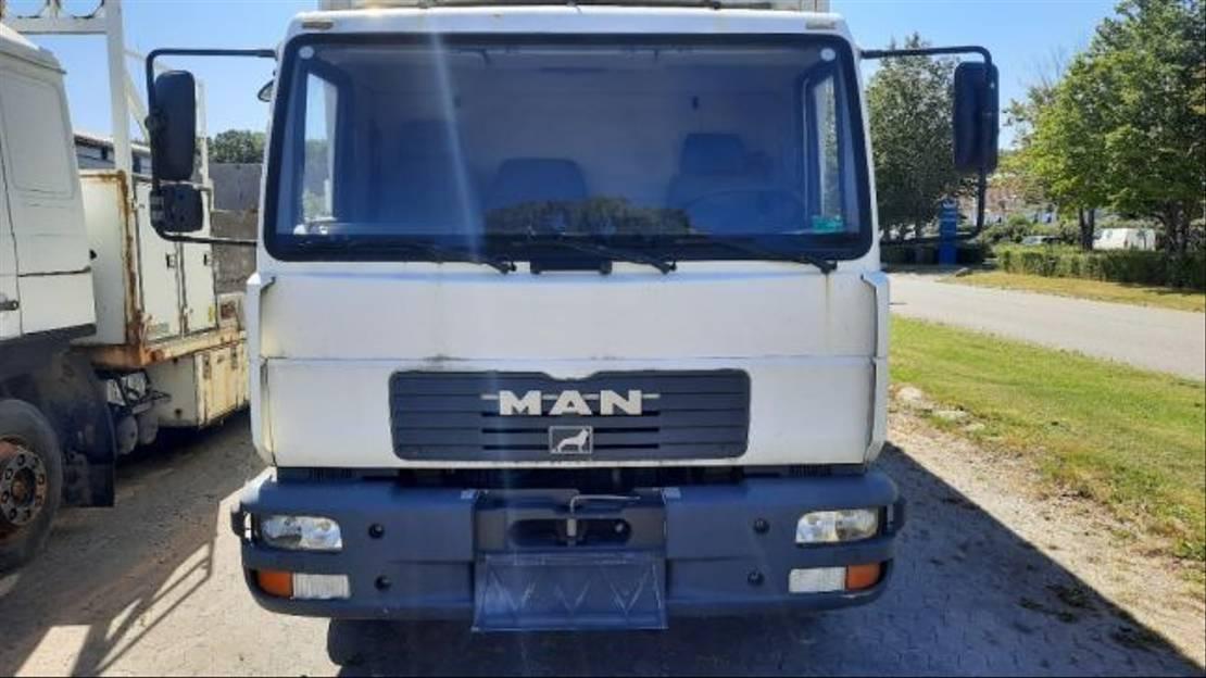 closed box truck > 7.5 t MAN LE 140 C 2002