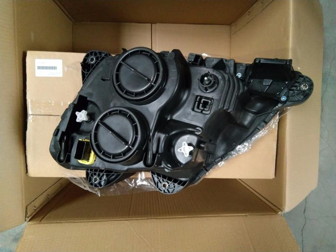 Container system truck part DAF 106 XF Right headlight with motor 2013