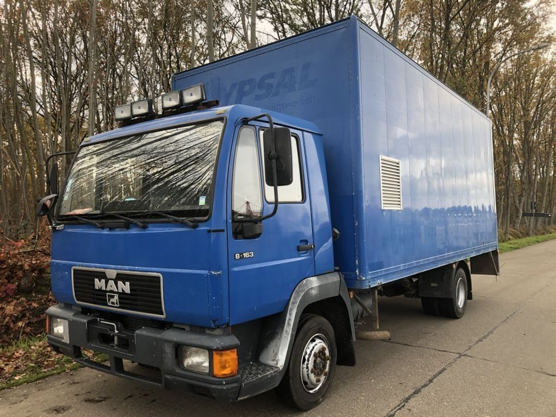 closed box truck > 7.5 t MAN 8.163  BLADVERING 1997